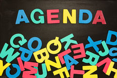 L'ordine del giorno di parola scritto con le lettere colorate Immagini Stock