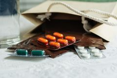 L'ordine di prescrizione da medico ospedaliero con le medicine, farmaco in zip di plastica insacca per il paziente cronico con bi fotografia stock libera da diritti
