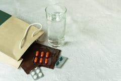 L'ordine di prescrizione da medico ospedaliero con le medicine, farmaco in zip di plastica insacca per il paziente cronico con bi immagini stock