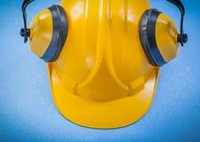 L'oreille rate le casque antichoc sur le concept bleu de construction de fond Photo stock