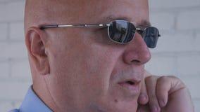 L'oreille sûre d'Image Using Discreet de garde du corps téléphone pour la communication photos libres de droits