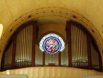 L'organe dans la grande église chrétienne images libres de droits