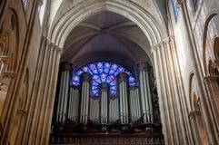 L'organe et l'ouest ont mont? fen?tre ? la cath?drale de Notre Dame photographie stock libre de droits
