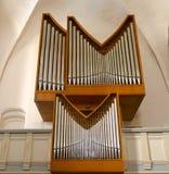 L'organe moderne et simple d'église a placé dans une vue en bois images libres de droits