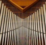 L'organe moderne et simple d'église a placé dans une vue en bois photographie stock