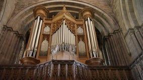 L'organe puissant à l'intérieur de la cathédrale Pembrokeshire de St Davids au Pays de Galles photographie stock libre de droits