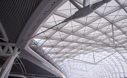 L'organizzazione d'acciaio della costruzione del tetto moderno della stazione Fotografia Stock