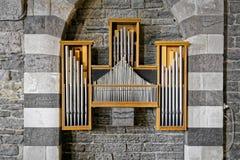 L'organo si è accoccolato fra le colonne dell'architettura italiana immagine stock