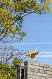 L'origami d'or tend le cou la statue en parc de paix de Nagasaki, Nagasaki, Japon photos libres de droits