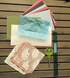 L'origami empaquette, ouvre des matériaux sur le Tableau en bois à lamelles photos stock