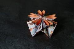 L'origami fleurit la fleur - art de papier sur le fond texturis? images stock