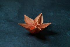 L'origami fleurit la fleur - art de papier sur le fond texturis? photographie stock libre de droits