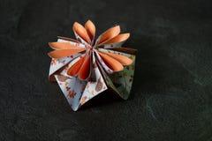 L'origami fleurit la fleur - art de papier sur le fond texturis? photos libres de droits