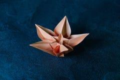 L'origami fleurit la fleur - art de papier sur le fond texturis? photo stock