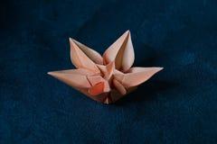L'origami fleurit la fleur - art de papier sur le fond texturis? images libres de droits