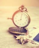 L'origami tend le cou ou oiseau fait à partir d'une note d'argent Concept financier de temps Photo stock