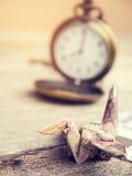 L'origami tend le cou ou oiseau fait à partir d'une note de baht thaïlandais d'argent Photos stock