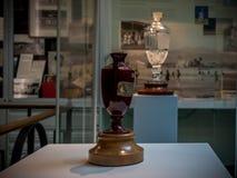 L'originale del trofeo delle ceneri nella parte anteriore e la replica nel fondo Fotografia Stock