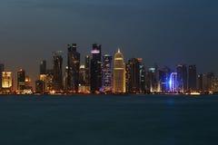 L'orizzonte ad ovest di Doha della baia al crepuscolo fotografie stock libere da diritti