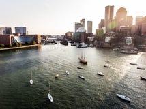 L'orizzonte Boston il mA, U.S.A. di immagini di vista aerea di volo dell'elicottero durante il tramonto dietro i grattacieli si a fotografie stock