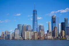 L'orizzonte del distretto finanziario del centro di Manhattan con un World Trade Center che sviluppa MANHATTAN - NEW YORK - APRIL Fotografia Stock