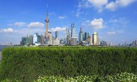 L'orizzonte del punto di riferimento della diga di Shanghai alle costruzioni della città abbellisce Fotografie Stock Libere da Diritti
