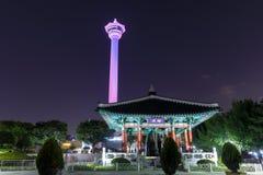 L'orizzonte della città di Busan al parco di Yongdusan e Busan si elevano, Busan, Corea del Sud fotografie stock