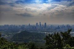 L'orizzonte della città di Wuxi nello smog, Cina immagine stock