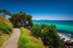 L'orizzonte della Gold Coast e la spiaggia praticante il surfing visibili da Burleigh si dirige Immagine Stock