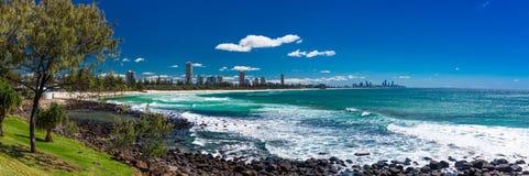 L'orizzonte della Gold Coast e la spiaggia praticante il surfing visibili da Burleigh si dirige Fotografia Stock Libera da Diritti
