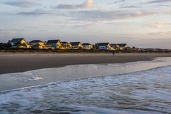 L'orizzonte della spiaggia si dirige all'isola delle palme, in Charleston South Car Fotografie Stock Libere da Diritti