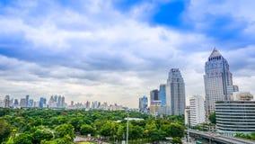 L'orizzonte di Bangkok con il parco di Lumpini immagine stock libera da diritti