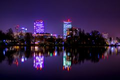 L'orizzonte di Bucarest, le luci della città di Bucarest, i grattacieli che riflettono, città si accende alla notte Immagine Stock Libera da Diritti