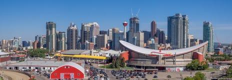 L'orizzonte di Calgary con lo Scotiabank Saddledome nella priorità alta Fotografie Stock