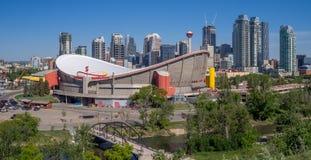 L'orizzonte di Calgary con lo Scotiabank Saddledome nella priorità alta Fotografie Stock Libere da Diritti