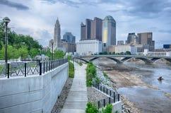 L'orizzonte di Columbus, Ohio ha riflesso nel fiume di Scioto Columbus i Fotografia Stock Libera da Diritti
