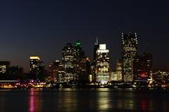 L'orizzonte di Detroit alla notte Immagini Stock