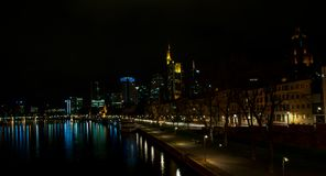 L'orizzonte di Francoforte alla notte, Hesse - 7 aprile 2019 immagini stock libere da diritti