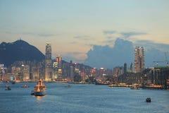 L'orizzonte di Hong Kong China poco tempo dopo il tramonto immagini stock
