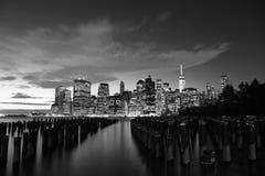 L'orizzonte di Manhattan alla notte Immagini Stock