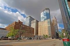 L'orizzonte di Minneapolis, Minnesota lungo la S Marquette Avenue Immagine Stock Libera da Diritti