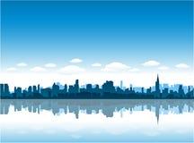 L'orizzonte di New York City riflette sull'acqua Immagine Stock Libera da Diritti