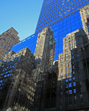 L'orizzonte di New York riflette in una costruzione di vetro Fotografie Stock