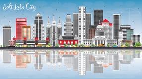 L'orizzonte di Salt Lake City con Gray Buildings, cielo blu e riflette Fotografia Stock Libera da Diritti