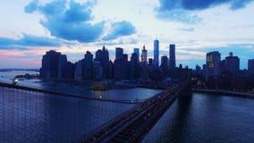 L'orizzonte di sera del grattacielo di New York e del ponte di Brooklyn NYC in uccello aereo 4k osserva il colpo, stupire moderno archivi video