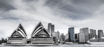 L'orizzonte di Sydney con il teatro dell'opera alla priorità alta Fotografia Stock Libera da Diritti