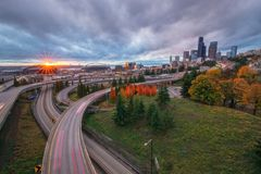 L'orizzonte e l'autostrada senza pedaggio di Seattle dal ponte di Rizal Fotografia Stock