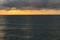 L'orizzonte fra il mare e le nuvole immagine stock