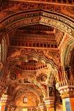 L'ornamentale ha scolpito gli arché e le colonne nel corridoio dharbar del corridoio di ministero del palazzo di maratha del than Fotografie Stock