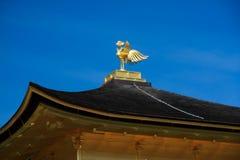 L'ornamento bronzeo di Phoenix sul tetto nero di Kinkaku-ji fotografie stock libere da diritti